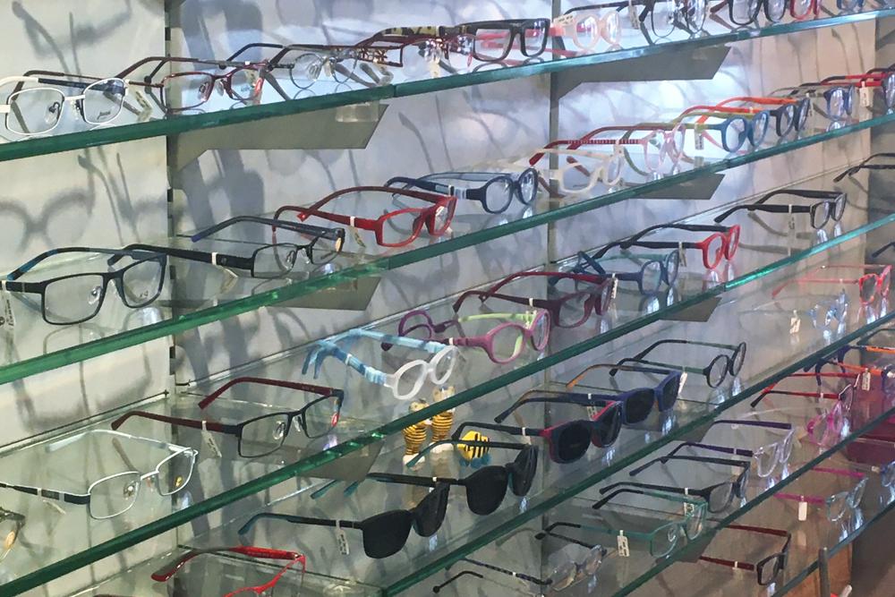 Schauwand mit verschiedenen Brillen bei Optiker Mersmann - Optiker Mersmann Oswaldstraße 26