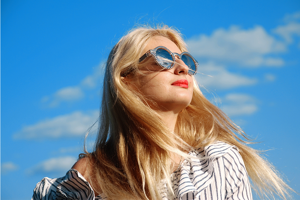 Frau in der Sonne mit Sonnenbrille - Optiker Mersmann Oswaldstraße 26