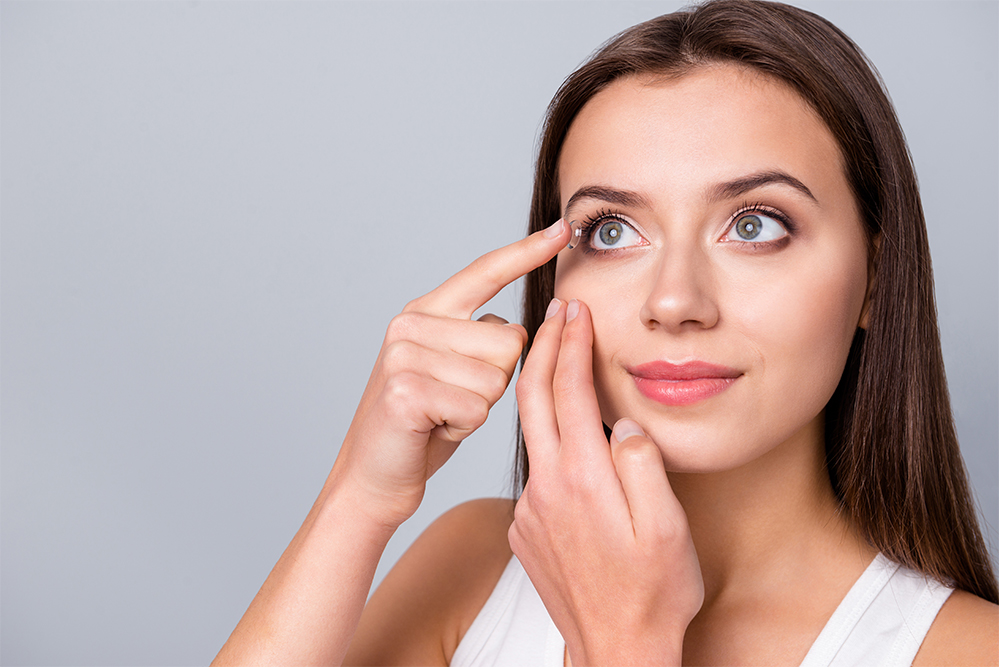 Frau die sich Kontaktlinsen einsetzt - Optiker Mersmann Oswaldstraße 26