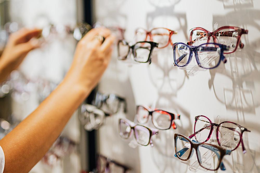 Verschiedene Brillenmodelle an einer Ausstellungswand - Optiker Mersmann Oswaldstraße 26